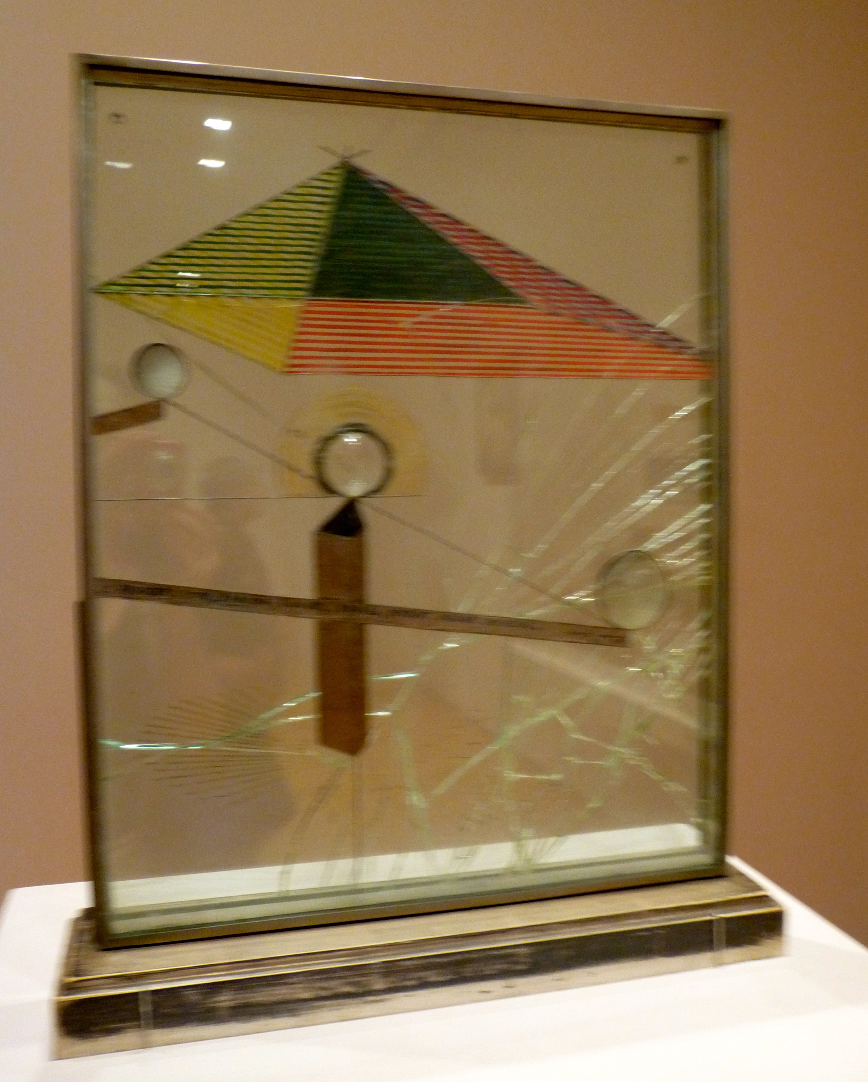 comparing artworks of marcel duchamp When a reviewer of a 1957 painting exhibition by jasper johns compared one of  his paintings to a readymade by marcel duchamp, johns and friend and fellow.