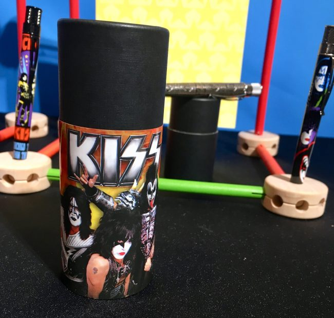 Kiss Pen Holder